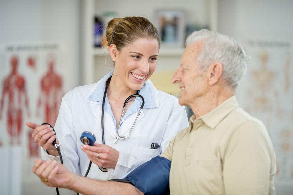 Da die Menschen immer älter werden, muss auch die medizinische Versorgung in Zukunft mehr auf chronischen Erkrankungen ausgerichtet werden.