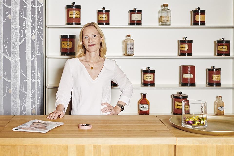 Apothekerin Miriam Oster steht in ihrer Apotheke hinter dem HV-Tisch.