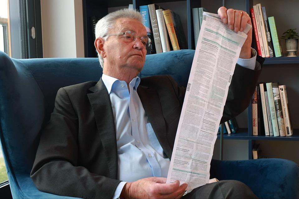 Prof. Dr. Kepplinger liest einen Beipackzettel